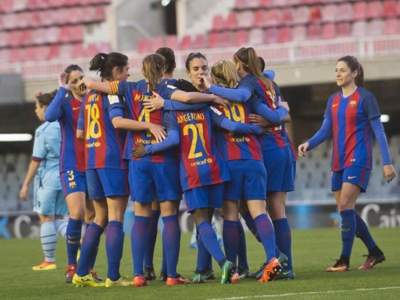 L'equip fa una pinya després de marcar un gol Foto:FCB