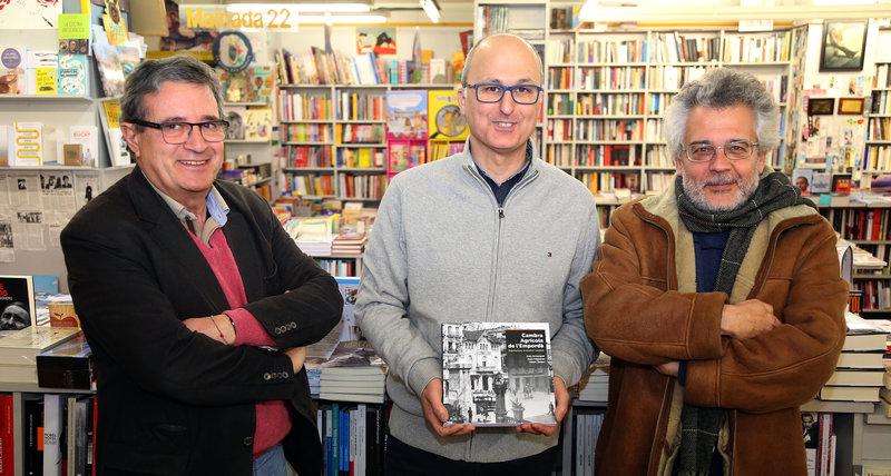 Imatge dels tres autors del llibre, moments abans de la presentació a la Llibreria 22 de Girona.