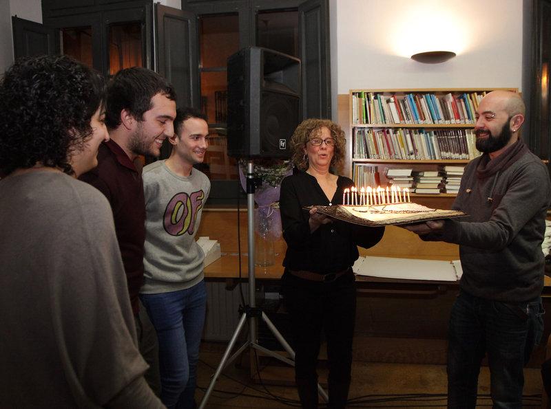 Una imatge de la bufada de 25 espelmes de la biblioteca municipal de Caldes de Malavella, ahir a la tarda.