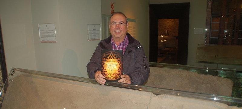 Imatge de Miquel Fañanàs, ahir amb el seu nou llibre, entre les làpides funeràries que es conserven al Museu d'Història dels Jueus.