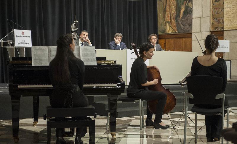 Imatge de l'actuació musical en la inauguració de l'Any Bertrana, ahir al Palau de la Generalitat.