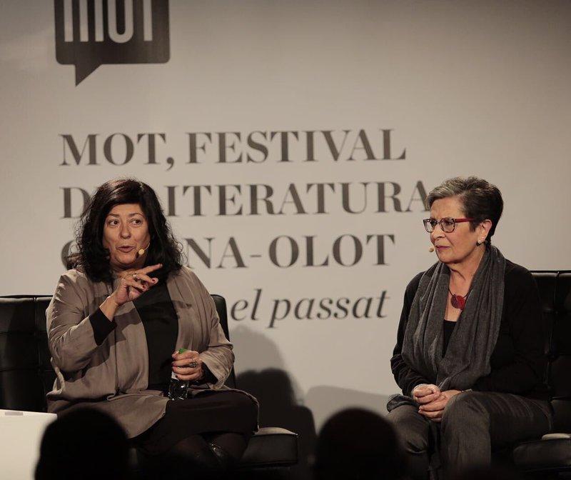 Almudena Grandes i Anna Maria Garcia, durant la seva conversa d'ahir al vespre en el MOT d'Olot.