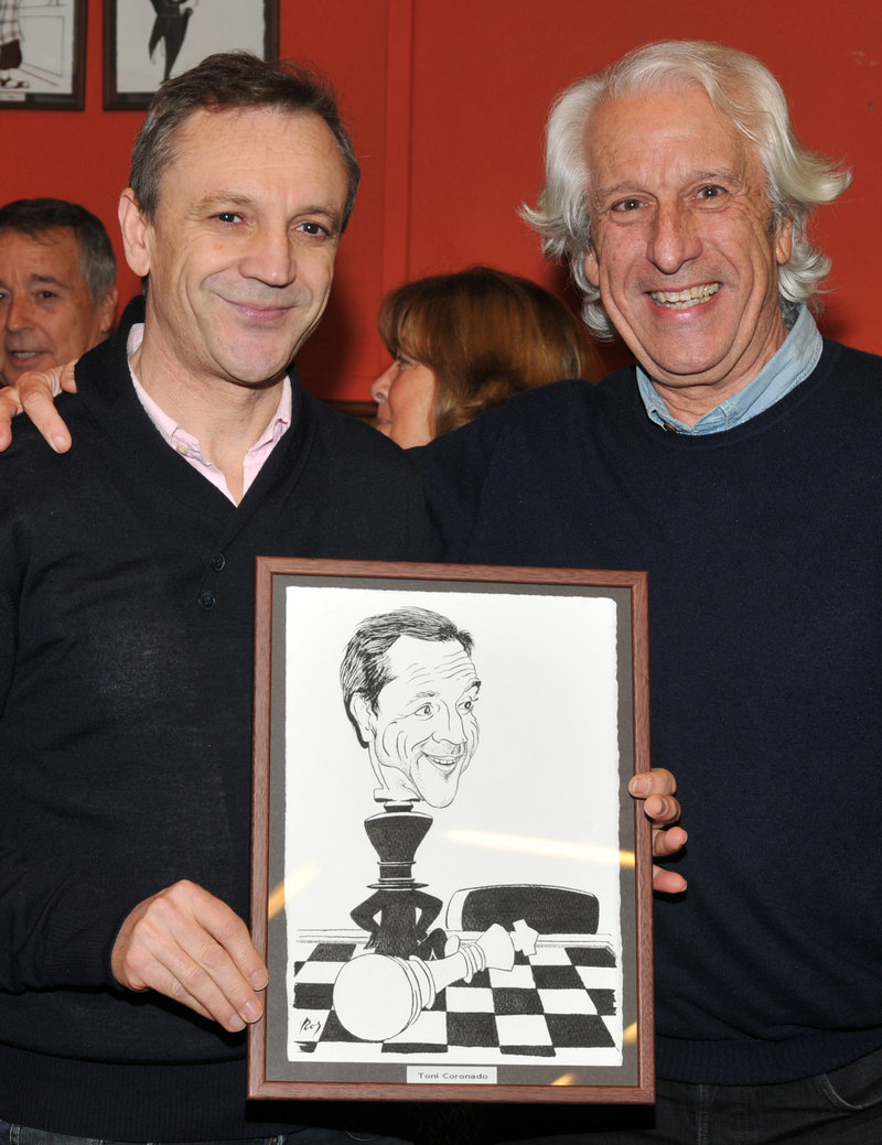 Imatge de Miquel Ros (dreta), amb l'escaquista Toni Coronado i la caricatura que li va fer.