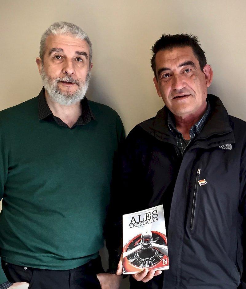 Imatge de Josep Maria Sebastian, a la dreta amb el llibre, i el seu editor, Jordi Caballeria.