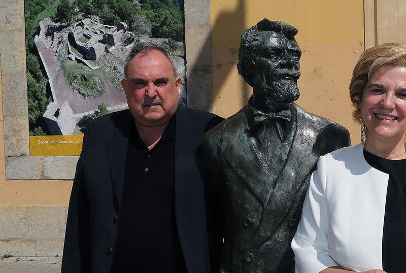 Imatge de Pilar Rahola, ahir a Girona, amb Jordi Grau i l'estàtua de Laureà Dalmau.
