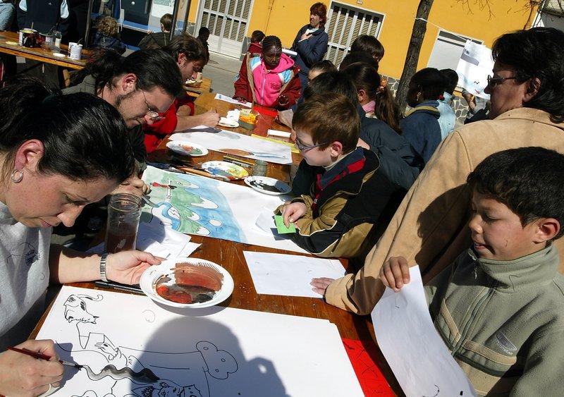 Imatge dels il·lustradors, donant forma als contes dels infants, en la festa del 2005.