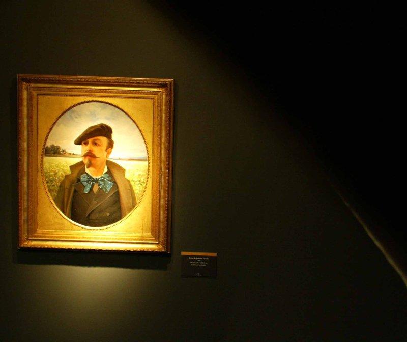 Autoretrat de l'escriptor i pintor olotí en l'exposició de l'Any Marià Vayreda, el 2003 a la Fontana d'Or.