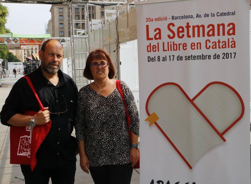 Imatge de Joan Sala i Montse Ayats, ahir a la catedral amb el cartell de la Setmana.