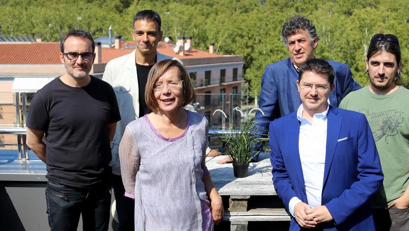 Imatge dels guanyadors, amb la Devesa al darrere: Albert Garcia Elena, Roger Canadell (Fundació Martí i Pol), Montserrat Tura, David Nel·lo, Xavier Gual i Panxo (Zoo).