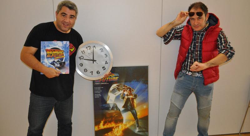 Imatge de Sergi Toboso i Ignasi Arbat, els organitzadors, llestos per viatjar en el temps.