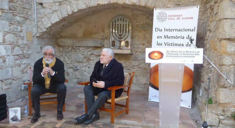 Imatge de Vicenç Villatoro i Lluís Bassat, ahir, durant la presentació del llibre al pati del Centre Bonastruc ça Porta.