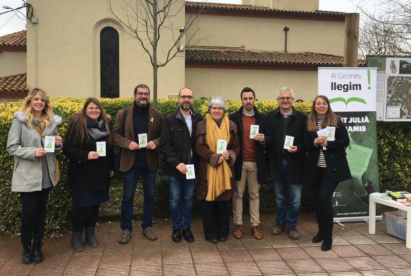 Imatge de Maria Mercè Roca, enmig de representants dels municipis.