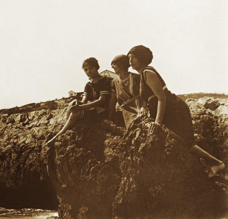 Imatge d'Aurora Bertrana, a la dreta, amb dues amigues en una platja del Garraf, el 1918.